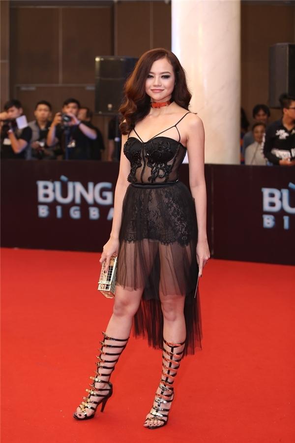 Kiều Ngân là mĩ nhân diện trang phục đơn giản nhất trong tối qua. Tuy nhiên, cô vẫn bị soi tận gốc vì lộ rõ vòng eo kém thon gọn dưới lớp lưới mỏng tang.