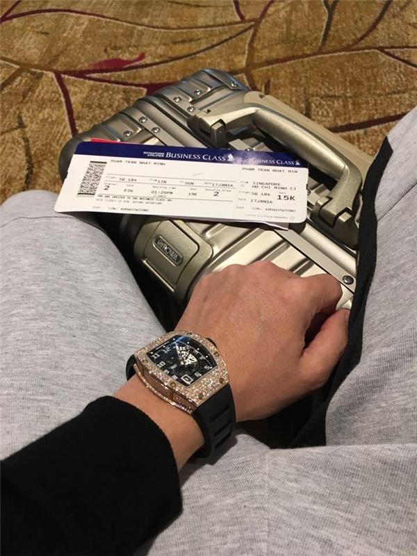 Anh chàng cũng thường xuyên đi nước ngoài và ở những khách sạn sang trọng, đắt tiền.