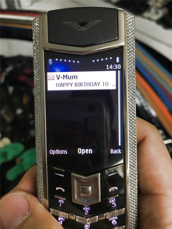 """""""Gia tài"""" của Minh Nhựa dĩ nhiên không thiếu đồng hồ và điện thoại nạm kim cương do bố mẹ tặng nhân dịp sinh nhật."""