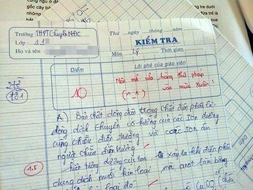 Không phải học sinh cá biệt hay không làm bài được mà bạn này lại được cô khen có nét chữ đẹp, có tiềm năng viết thư pháp.