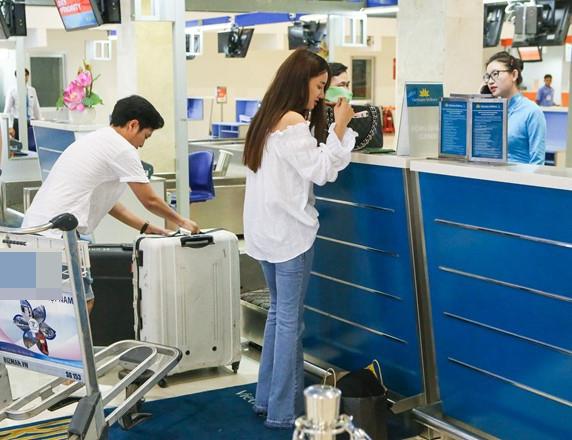 Trong lúc nữ diễn viên Tuổi Thanh Xuân xuất trình giấy tờ cá nhân, Trường Giangcẩn thận đặt từng chiếc vali lên bàn cân để kiểm tra trọng lượng. - Tin sao Viet - Tin tuc sao Viet - Scandal sao Viet - Tin tuc cua Sao - Tin cua Sao