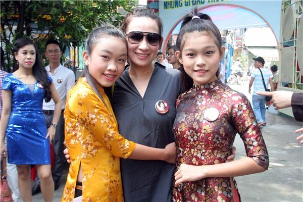 Ca sĩ Phi Nhung đưa hai cô con gái nuôi đến tham dự lễ tưởng niệm.