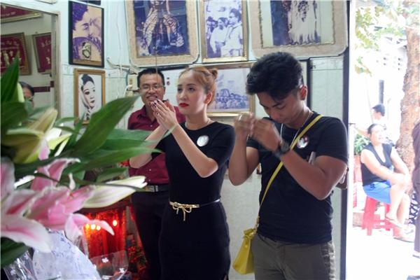 Vợ chồng Phan Hiển - Khánh Thi xúc động khi nhìn di ảnh nữ nghệ sĩ tài hoa.