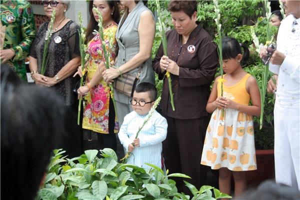 Cậu bé đứng trang nghiêm trong lễ dâng hoa tưởng nhớ NSND Phùng Há.