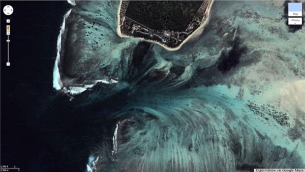 Khi nhìn từ trên cao, ta dễ nhầm tưởng đây là một khe vực có thác chảy ào ạt xuống chứ không phải là đại dương. (Ảnh: Google Earth)