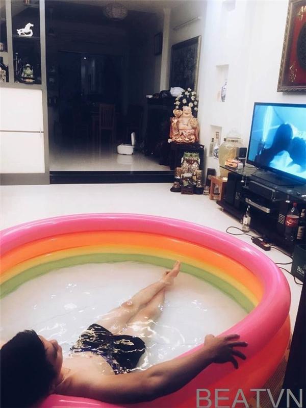 Trời nóng không nên ra ngoài thì mượn bể bơi của con nhé. Vừa tắm mát, vừa xem phim, cuộc đời còn gì hạnh phúc hơn. (Ảnh: Internet)