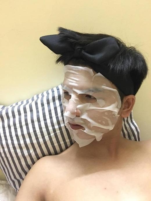 """Ai bảo đàn ông là không được đẹp nào? Đắp mặt nạ nhưng nhớ phải tranh thủ """"tự sướng"""" đấy.(Ảnh: Internet)"""