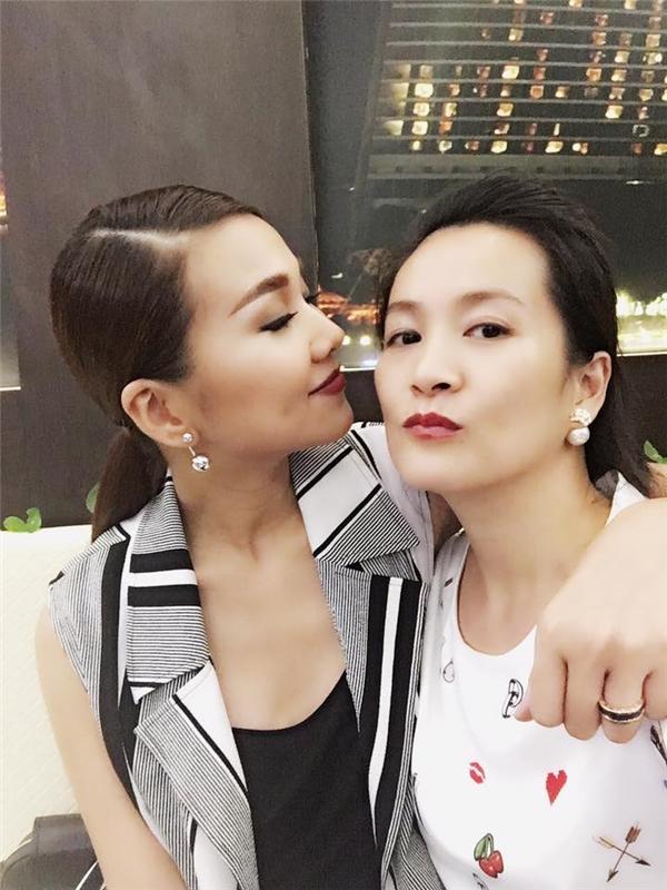 Anh Thơ khoe ảnh selfie cùng Thanh Hằng khi bất ngờ hội ngộ tại một nhà hàng ở TP. HCM.