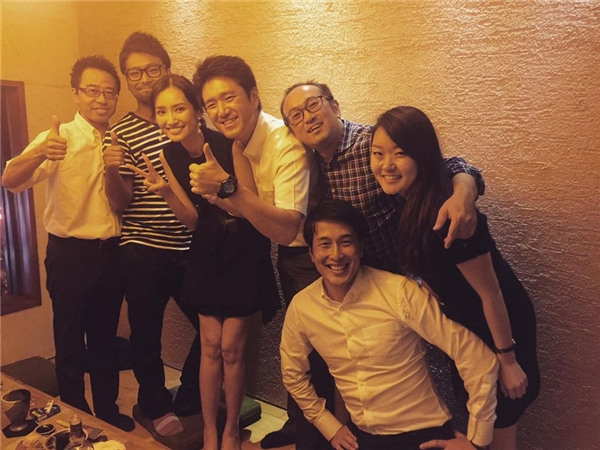 Trúc Diễm rạng rỡ chụp hình trong bữa tiệc chia tay một người bạn.