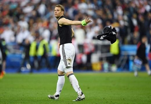 Thủ quân của Đức thể hiện thái độ không vui khi vứt găng và áo đấu sau trận.