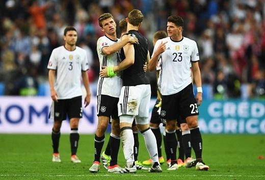 Đồng đội động viên và an ủi Manuel Neuer. Kết quả hòa 0-0 vẫn giúp Đức giữ vị trí đầu bảng C.