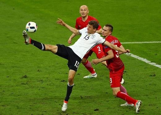 Tiền đạo Thomas Mueller không thể vượt qua sự truy cản của cầu thủ Ba Lan. Anh chỉ có 1 lần dứt điểm về phía khung thành đối phương.