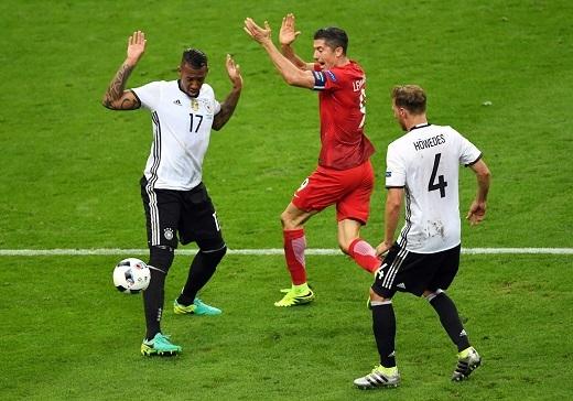 Trong khi đó, tiền đạo Lewandowski của Ba Lan không thể vượt qua được hàng phòng ngự chắc chắn bên phía Đức.