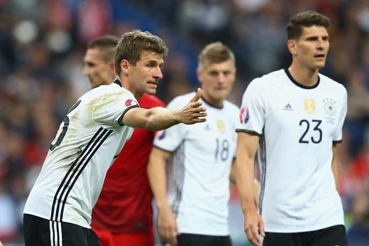 Thomas Mueller bày tỏ thái độ không hài lòng với đồng đội Mario Gomez - cầu thủ vào thay Julian Dxaler ở phút 72.