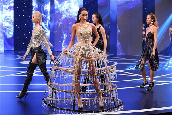 Minh Triệu giữ vai trò vedette cho bộ sưu tập này. Cô diện bộ váy với thiết kế khá độc đáo kết hợp đá, chi tiết ánh kim đính kết nổi bật.