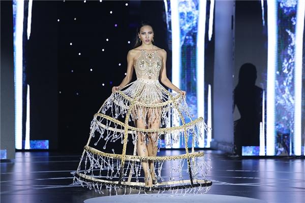 Phần chân váy với cấu trúc khung lồng thực sự là một thử thách với Minh Triệu trên sàn diễn để cân bằng và có được những bước đi uyển chuyển.