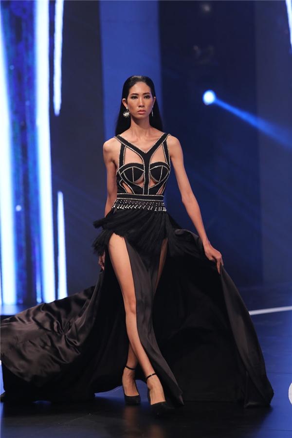 Người mẫu Trang Phạm sải bước mạnh mẽ với thiết kế vừa mềm mại, nữ tính nhưng lại mang màu sắc mạnh mẽ.