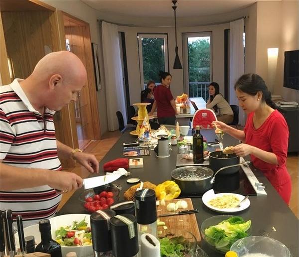 Sở thích lớn nhất của hai vợ chồng giọng ca Bay chính là việc cùng nhau thực hiện bữa ăngia đình. - Tin sao Viet - Tin tuc sao Viet - Scandal sao Viet - Tin tuc cua Sao - Tin cua Sao