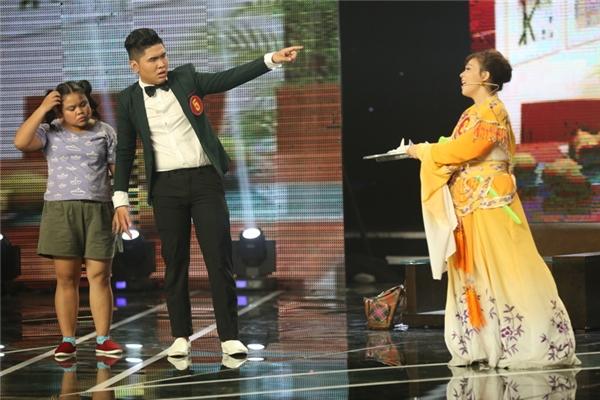 Thí sinh Quốc Khánh vàHoài Bảo đã có sự kết hợp khá ăn ý trong tiểu phẩm Gia đình bá đạo,nói về ông bố Quốc Khánh bị nghiện sao Kpop nên suốt ngày anh hát và nhảy Gangnam Style và nhạc phim Hậu duệ mặt trời.