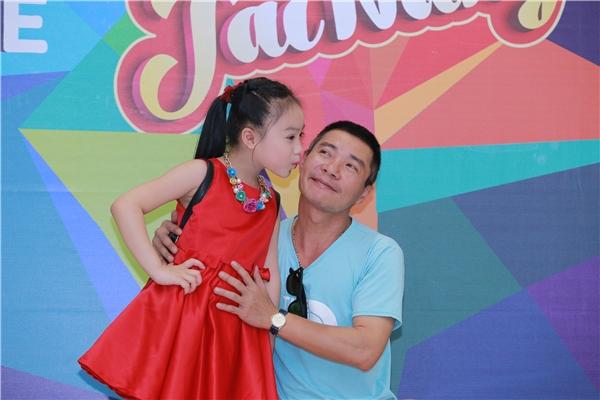 Con gái nuôi của nghệ sĩ Công Lý tên là Kim Đông Nhi, anh thường gọi bé bằng cái tên ở nhà là bé Tin. Năm nay Đông Nhi 7 tuổi và đã học thanh nhạc từ khi chưa đến 5 tuổi.