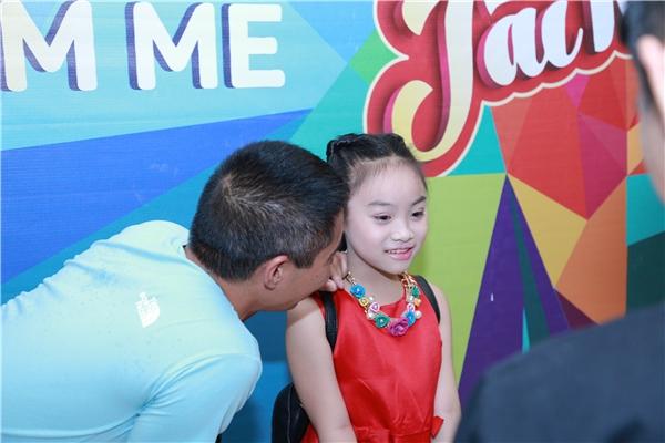 Công Lý chia sẻ, bản thân anh là nghệ sĩ nhưng không phải ca sĩ nên không góp ý cho con gái nhiều về chuyên môn.