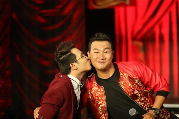 Quân sư Huỳnh Lập bất ngờ dành tặng MC Đào Duy nụ hôn thắm thiết khi vừa bắt đầu chương trình.