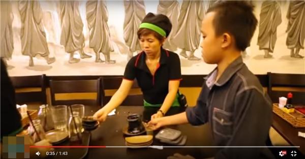 Đó chính là việc cậu bé nhiệt tình phụ giúp nhân viên tại quán lau chùi bàn và dọn dẹp chén dĩa của thực khách. - Tin sao Viet - Tin tuc sao Viet - Scandal sao Viet - Tin tuc cua Sao - Tin cua Sao