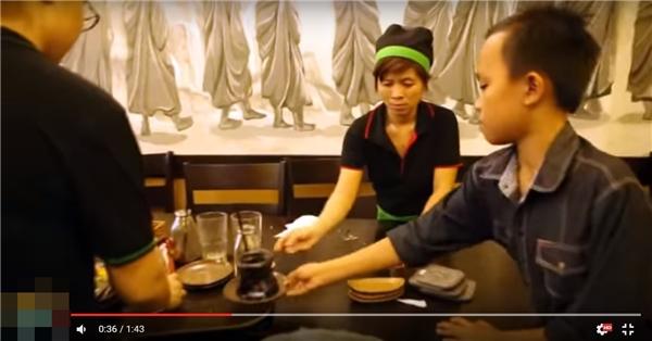 """Thấy mẹ nuôi và các anh chị nhân viênvất vả tiếp khách,phục vụ bàn, """"cậu bé đám cưới"""" đã có hành động vô cùng đáng yêu và nhận được nhiều lời khen của khán giả. - Tin sao Viet - Tin tuc sao Viet - Scandal sao Viet - Tin tuc cua Sao - Tin cua Sao"""