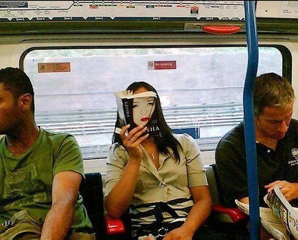 2. Cô gái suýt dọa chết khiếp người đối diện chỉ vì bìa sách khớp với mặt một cách kỳ lạ.