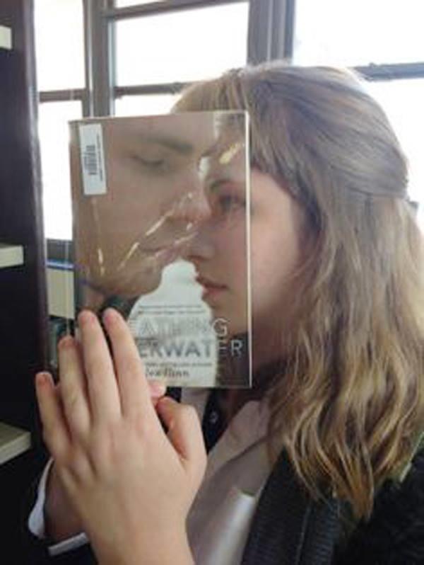 4. Tấm bìa tạp chí hay tấm gương trong suốt đây?