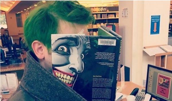 18. Hết hồn chưa, bộ tóc xanh của anh chàng quả hợp với khuôn mặt kinh dị này mà.