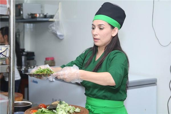 Không những thế, Phi Nhung còn đích thânxuống bếp để chuẩn bị thức ăn bởi lượng khách tham dự khá đông, nhân viên của cô không thể làm xuể. - Tin sao Viet - Tin tuc sao Viet - Scandal sao Viet - Tin tuc cua Sao - Tin cua Sao