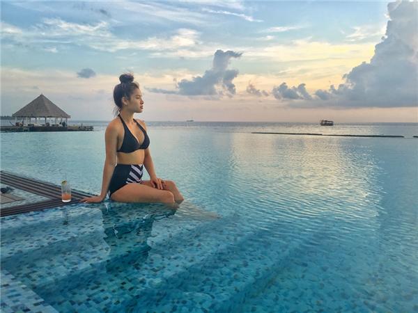 """""""Trinh chọn Maldives vì Trinh rất thích đi biển. Trinh từng nghe đến Maldives từ rất lâu rồi và luôn ấp ủ dự định được trải nghiệm kì nghỉ đáng nhớ ở nơi đây nên lần này quyết tâm sẽ khám phá hòn đảo thiên đường này"""" – nữ diễn viên chia sẻ."""