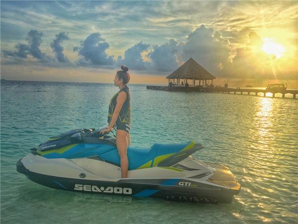 Trong chuyến đi đến Maldives, Phương Trinh Jolie có cơ hội chứng kiến những điều vô cùng tuyệt vời. Đầu tiên là việc được tận mắt thấy cá heo bơi lội ngoài biển.