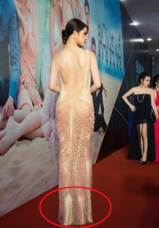 Tuy nhiên, điều khiến mọi người chú ý vào cô gái này lại không phải trang phục mà chính là đôi giày cao được ước tính khoảng 25 cm. Với chiều cao 1m70, đôi giày đã nâng Jolie Nguyễn thành mĩ nhân cao 1m95.