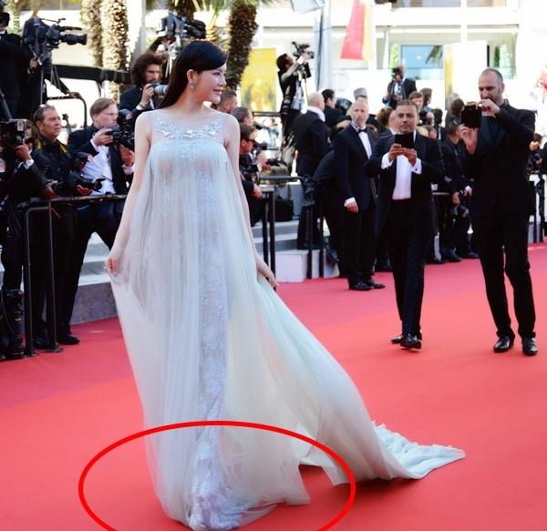 Trước đó, Lý Nhã Kỳ cũng từng bị soi mang giày như cà kheo lên thảm đỏ Cannes 2016. Tuy nhiên, thiết kế này có vẻ lép vế hơn khi chỉ cao khoảng 20 cm.
