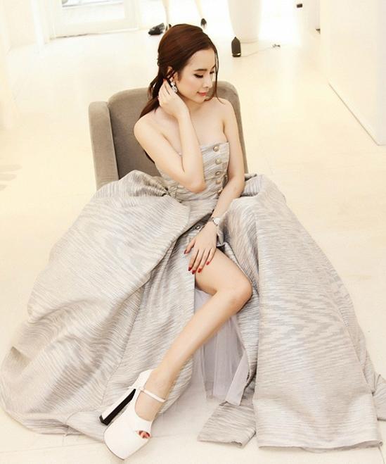 Angela Phương Trinh cũng từng nhờ cậy giày cao 20 cm khi tham gia Đêm hội Chân dài 2015.