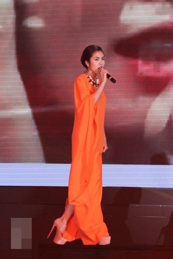 Ngọc Trinh hay Tăng Thanh Hà cũng từng thử qua những đôi cà kheo mong manh trên sân khấu hay thảm đỏ.