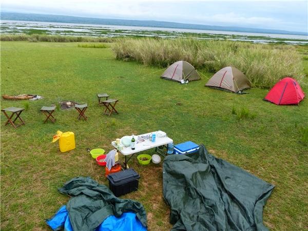Mọi người cùng dựng lều, đốt lửa trại và dùng cơm tối.(Ảnh: Internet)