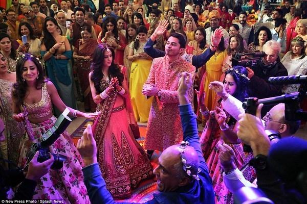 Tháng 11/2015, tỉ phú Dubai gốc Ấn Độ Yogesh Mehta, người sáng lập ra đế chế Petrochem ở Dubai và được cho là có khối tài sản trị giá 623 triệu USD, đã mạnh tay chi cho đám cưới xa hoa của cậu con trai Rohan Mehta 14 triệu bảng Anh (gần 500 tỉ đồng) ở Florence, Ý.