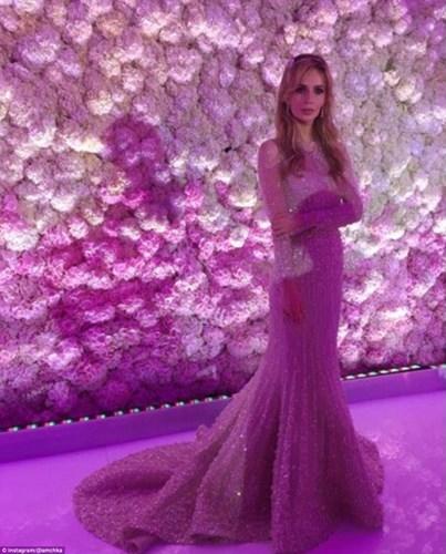 Cô dâu Salome Kintsurashvili (25 tuổi, người Georgia) xuất hiện lộng lẫy trong váy cưới thời trang do nhà thiết kế nổi tiếng Elle Saab thực hiện. Mặc dù chi phí của chiếc váy không được tiết lộ, mức giá khởi điểm của một bộ váy cưới do nhà thiết kế người Leban tạo ra thường không dưới 35.000 USD (gần 800 triệu đồng). Và đây chỉ là một trong số ba chiếc váy cưới đắt tiền Salome diện trong ngày trọng đại của mình.