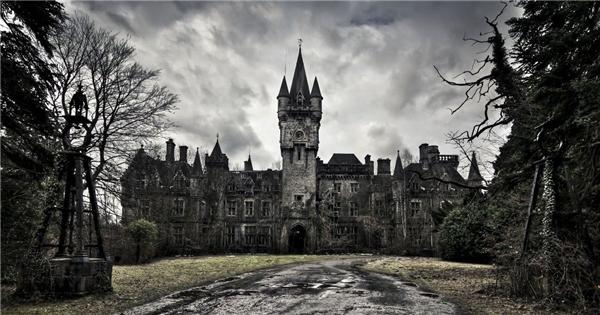 Bạn sẽ phảiđi tìm và làm quen với ma tại cái lâu đài cổ ở nước Anh.(Ảnh: Internet)