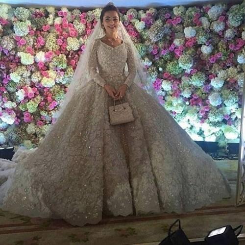 Đám cưới xa hoa của chú rể Said Gutseriev và cô dâu Khadija Uzhakhovs (20 tuổi) diễn ra tại trung tâm tiệc cưới sang trọng Safisa, tại thủ đô Moscow (Nga). Váy cưới của Khadija Uzhakhovs mang hiệu Elie Saab được nhập khẩu từ Paris (Pháp) trị giá khoảng 25.000 USD.