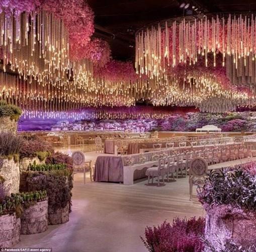 Bữa tiệc cưới được trang hoàng bởi hàng nghìn bông hoa tươi và đèn chùm theo chủ đề vườn treo Babylon.