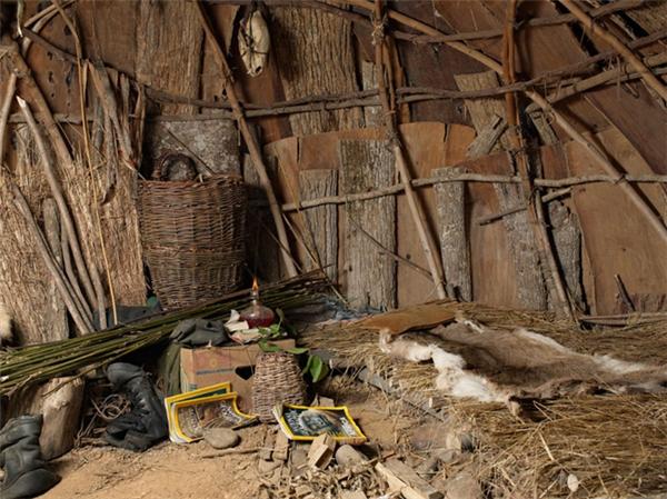 Du kháchsẽ dựng lều trại và sinh hoạt theo văn hóa bầy đàn cổ xưa như săn bắt hái lượm, làm công cụ, quần áo,...(Ảnh: Internet)
