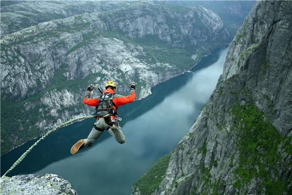 Nhiều người thích mạo hiểm đã đến Na Uy để thực hiệnnhững cú nhảy tự do từ vách núi.(Ảnh: Internet)