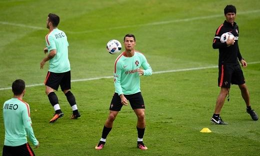HLV Santos của Bồ Đào Nha xác nhận, một vài cầu thủ và thành viên trong ban huấn luyện Iceland có những lời lẽ sỉ nhục Ronaldo.