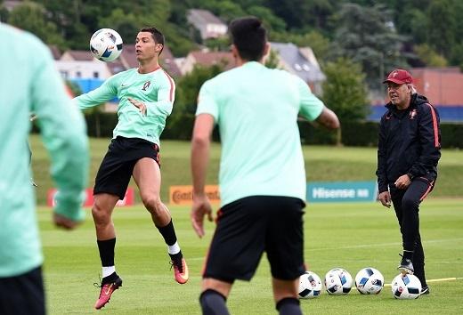 Cristiano Ronaldo bỏ qua những lời nhận xét khó nghe và áp lực sau khi thi đấu không tốt ở lượt đầu tiên.