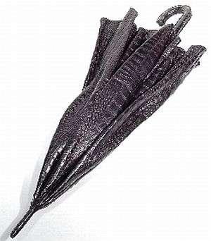 Chiếc ô da cá sấu – 50.000 USD: Đây là chiếc ô da cá sấu của thương hiệu thời trang nam sang trọng của Ý Billionaire Couture. Chiếc ô đặc biệt này được làm bằng da cá sấu màu đen, có khả năng chống thấm nước cực tốt.