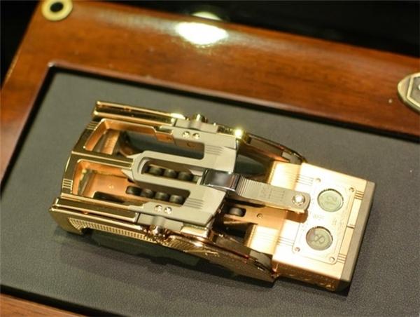 Khóa thắt lưng - 25.000 USD (555 triệu đồng): Chiếc khóa thắt lưng có giá 25.000 USD không chỉ hớp hồn các đại gia bởi chất liệu vàng mà còn bởi thiết kế hoàn hảo và tỉ mỉ đến từng chi tiết.